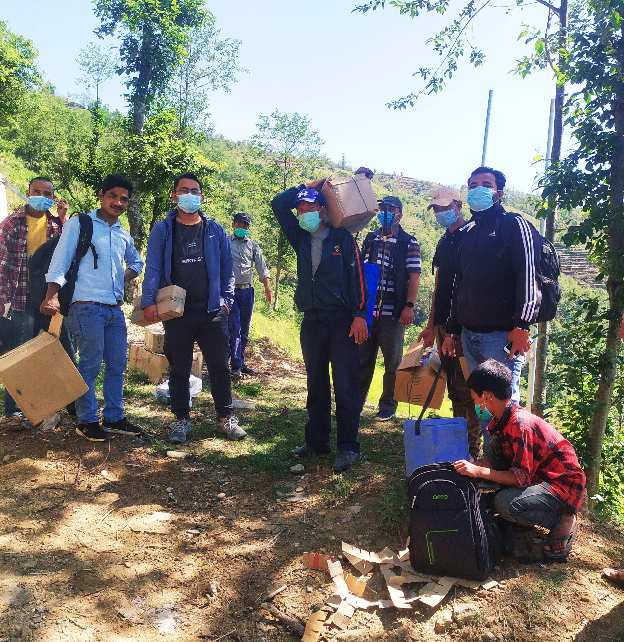 महाबुका स्वास्थ्यकर्मी औषधि बोकेर गाउँ, गाउँमा